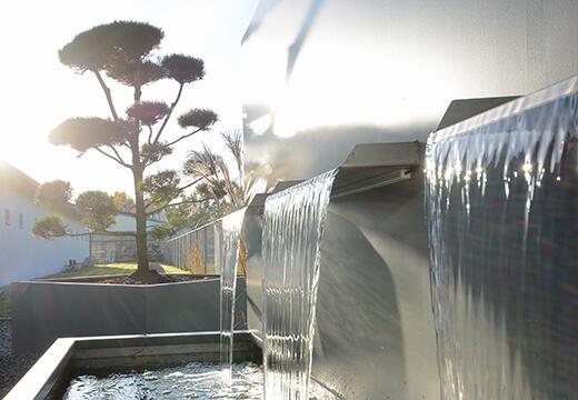 Firmengelände mit Brunnenanlage